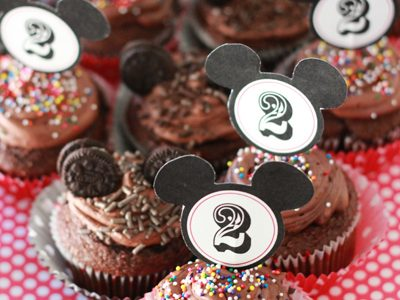 {Mickey Mouse Cupcakes *Free Mickey Mouse Cupcake Topper Download}