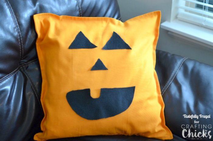 No Sew Jack-O-Lantern PIllow | The Crafting Chicks