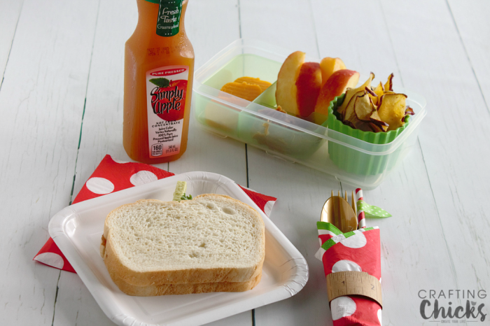 This easy Apple Themed Lunch is such a fun back to school idea!