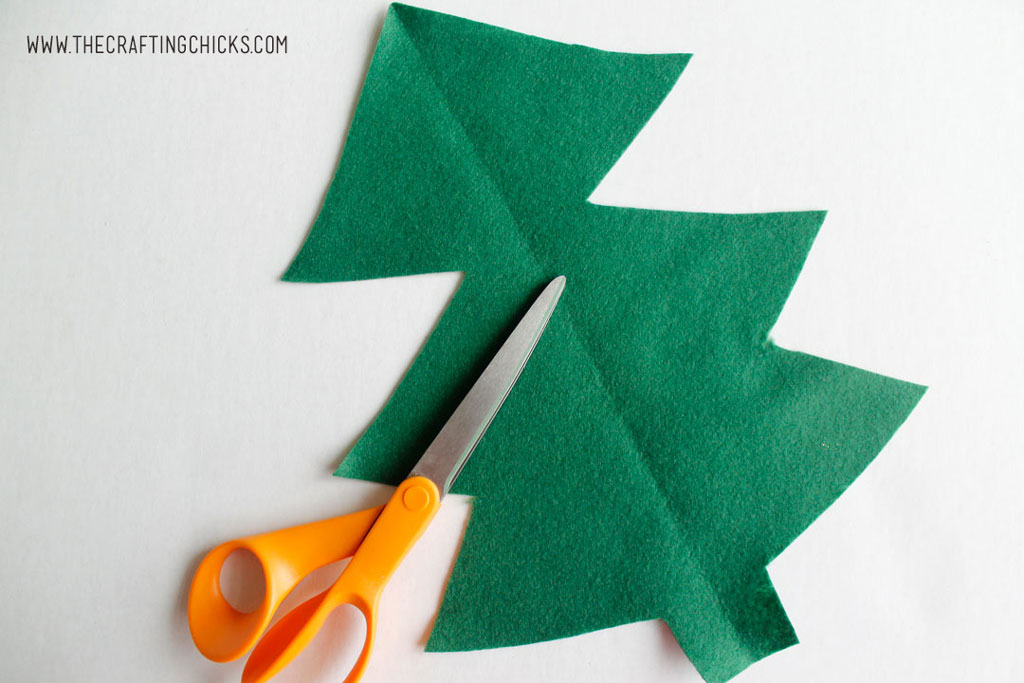 DIY Felt Christmas Tree Kids Craft - Need a festive way to keep the kids busy? Try this fun Felt Christmas tree. It's a fun and easy idea that will keep the kids active.