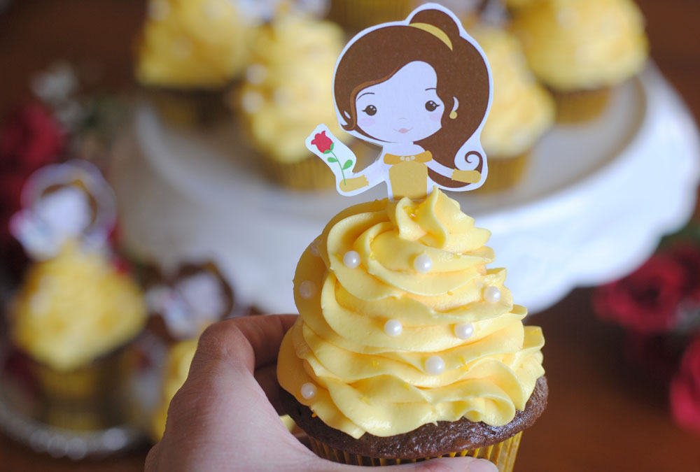 Free Printable Beauty and the Beast cupcake topper and tutorial. Learn how to make these adorable and easy cupcakes for any Disney fan.