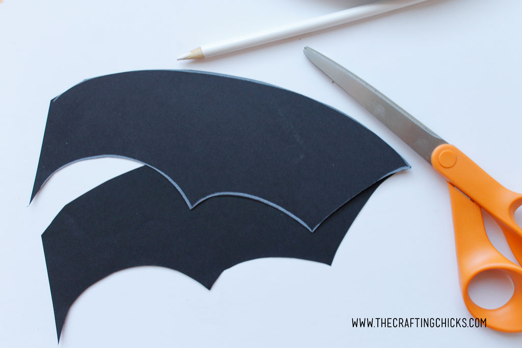 Bat Paper Plate Kids Craft is great for Halloween Class parties, or anytime you want to keep the kids busy. Younger kids will love creating a paper plate bat for preschool too. #Halloweenkidscraft #paperplatekidscrafts