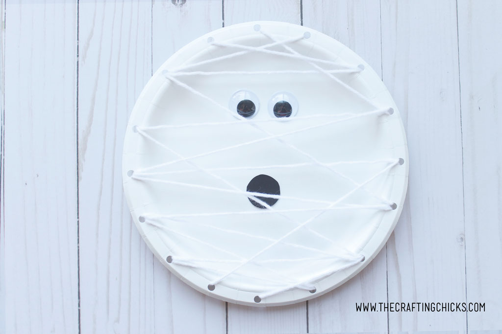 Mummy Paper Plate Kids Craft is a great way for kids to learn how to weave with yarn. This easy craft is great for children of all ages, starting in preschool.
