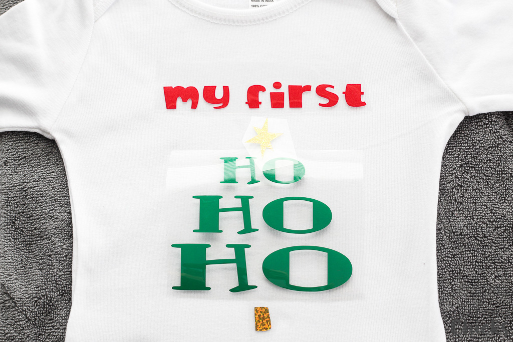 Iron-on onesie for Baby's First Christmas #Christmasgiftideas #BabysFirstChristmas #DIYgiftideas #ironon