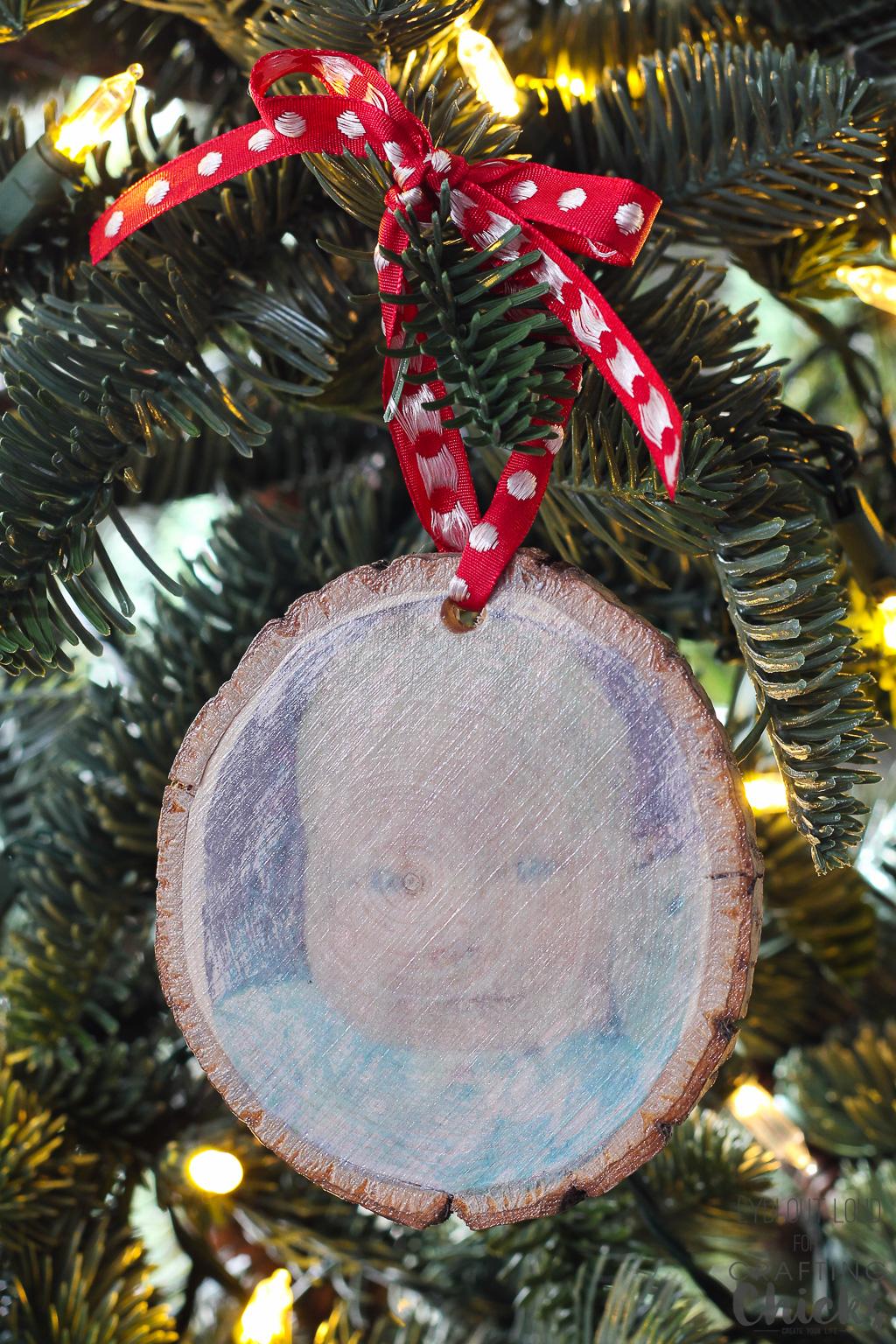 Photo transfer wood slice ornament #diyornament #woodslicecrafts #babysfirstchristmas