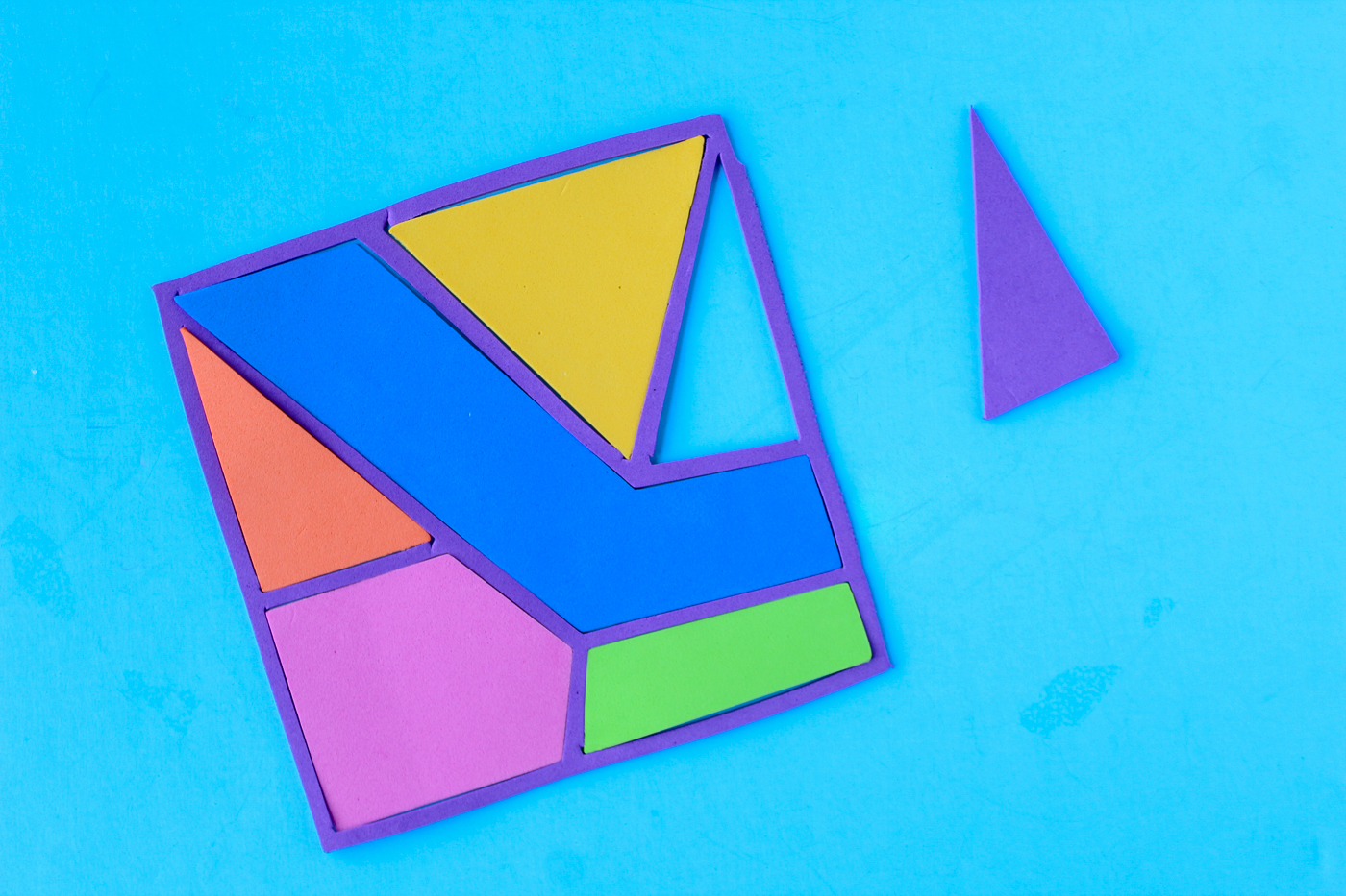 Rainbow Puzzles Pattern and Tutorial is a great way tofun activity with you that is fun for the kids but also stimulating and great for their brains! You can make these from tons of different materials to make it a fun sensory experience as well! #kidscrafts #learningcraftsforkids