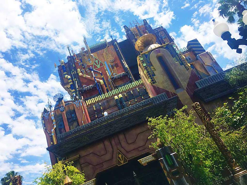 Looking to get the best pictures on your next Disneyland vacation? We have you covered with our list of Best Photo-Ops at the Disneyland Resort. #disneyland #disneylandresort #disneylandtips